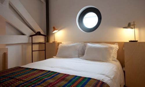 A bed or beds in a room at Coimbra Vintage Lofts Apartments
