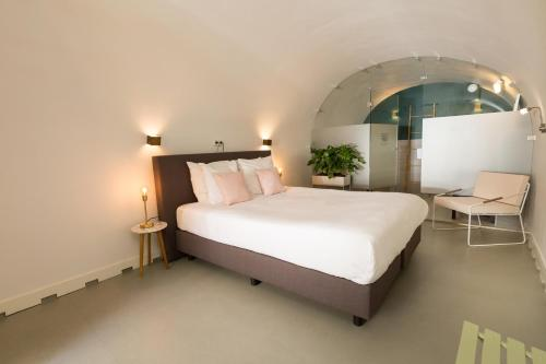 A bed or beds in a room at Hotel 26