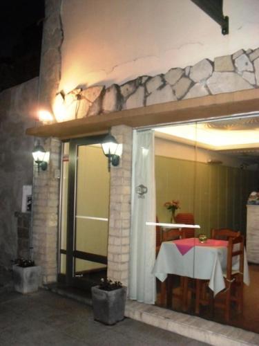 Un restaurant u otro lugar para comer en Las Heras Hotel