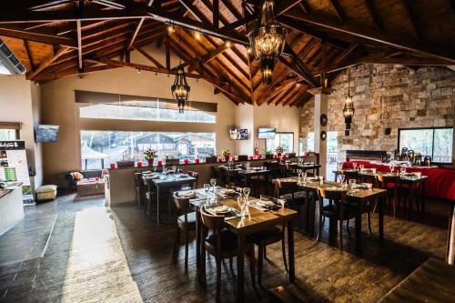 Un restaurant u otro lugar para comer en BlackStone Apart Boutique Hotel