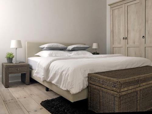 A bed or beds in a room at Apartment by the Park