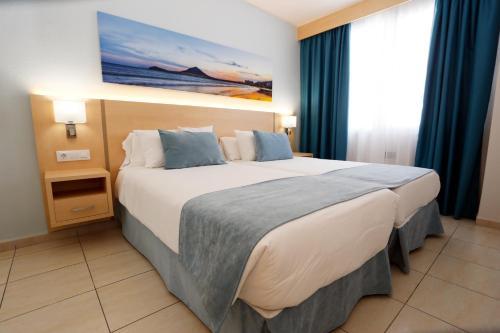 Een bed of bedden in een kamer bij Hotel-Apartamentos Andorra