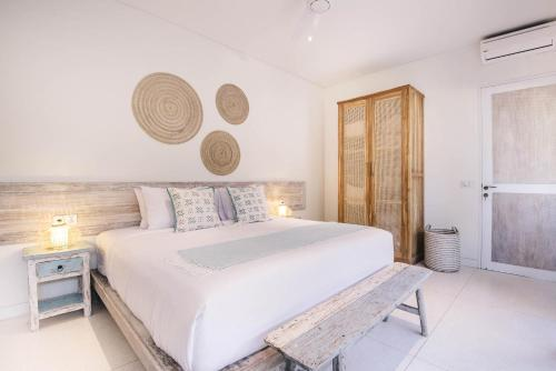 A bed or beds in a room at Villa Santai at Sandy Bay