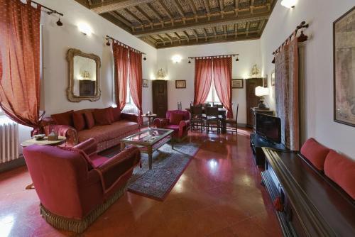 A seating area at Residenze d'Epoca Palazzo Coli Bizzarrini