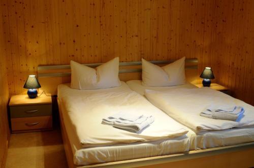 Ein Bett oder Betten in einem Zimmer der Unterkunft Feriendorf Min Herzing