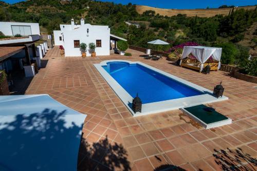 Uitzicht op het zwembad bij Finca Alhaurin Sefardi of in de buurt