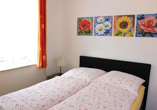 Ein Bett oder Betten in einem Zimmer der Unterkunft Wohnen beim Kunsthandwerker