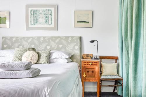 Ein Bett oder Betten in einem Zimmer der Unterkunft Vintage Regents Park Apartment