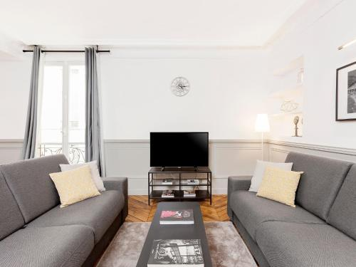 Uma área de estar em The Residence - Luxury 4 Bedroom Paris Center 2 & 4