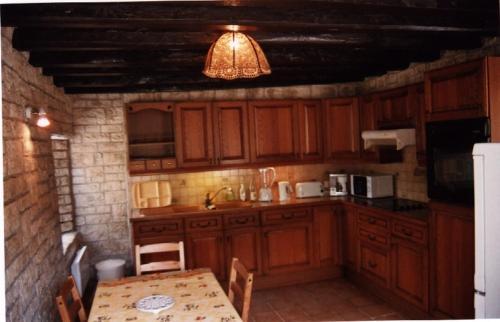 Cuisine ou kitchenette dans l'établissement Gîte Le Val Fleuri
