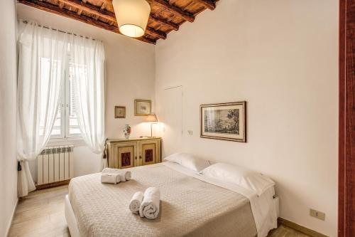 A bed or beds in a room at Romantic Trastevere Fienaroli whit lovely Terrace