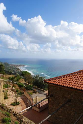 Vista generica sul mare o vista sul mare dall'interno of country house