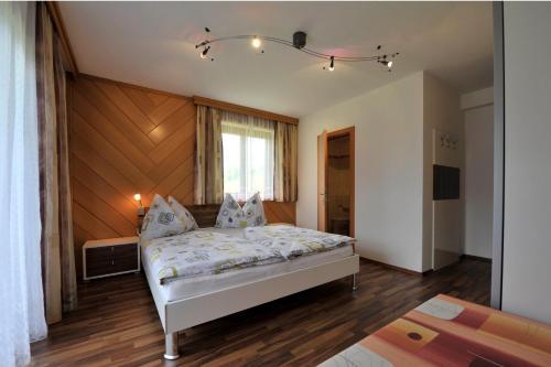 A bed or beds in a room at Bio-Bauernhof Reitmayrgut