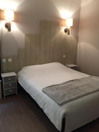 Postel nebo postele na pokoji v ubytování Hotel du Pot d'Etain