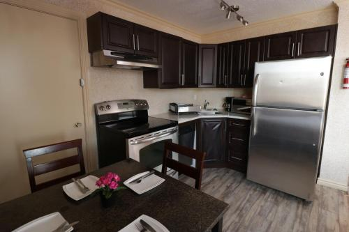 A kitchen or kitchenette at Riviera Hotel on Robson Downtown Vancouver
