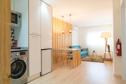 """Cuisine ou kitchenette dans l'établissement Bracara Guest House """"D. Pedro V"""""""