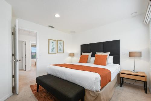 A bed or beds in a room at Three Bedrooms Townhome 3012