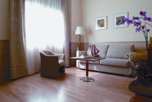 A seating area at Aparthotel Ramon de la Cruz 41