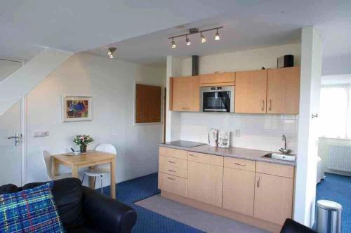 Een keuken of kitchenette bij Appartementen Bergen aan Zee de Schelp