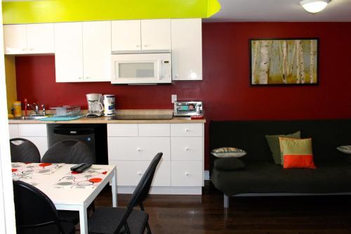 A kitchen or kitchenette at Les Appartements de la Belle Rive 2