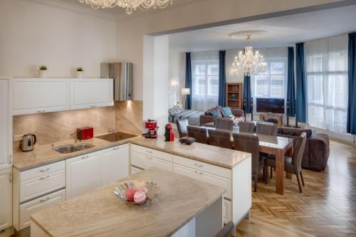 A kitchen or kitchenette at Riverview Old Town Apartment