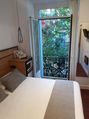 A bed or beds in a room at Pensión La Perla