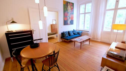 A seating area at Berlin Apartment