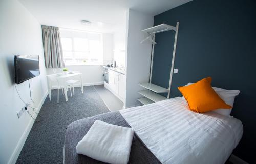 A bed or beds in a room at L3 Apartments at Fox Street Studios