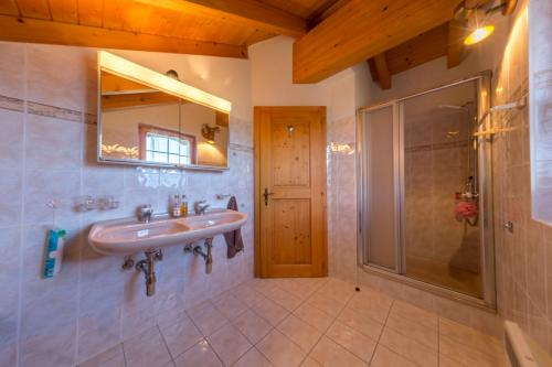 A bathroom at Chalet Marianne - Close to ski lift Nendaz - 4 Valleys