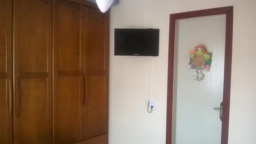 Una televisión o centro de entretenimiento en Apto. casal com uma criança