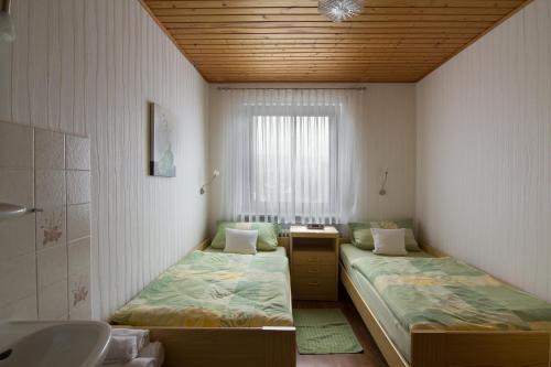 Ein Bett oder Betten in einem Zimmer der Unterkunft Guest House Pomerlan