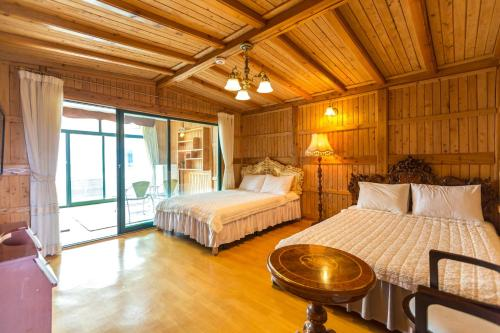 A bed or beds in a room at Udo White castle Pension