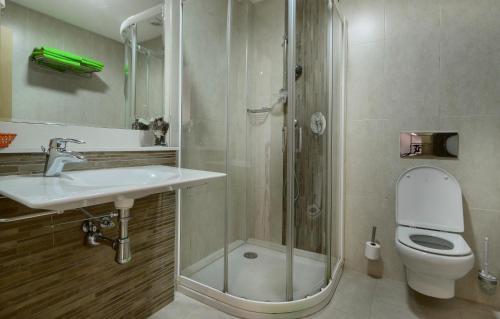 A bathroom at Apartamentos Benitachell