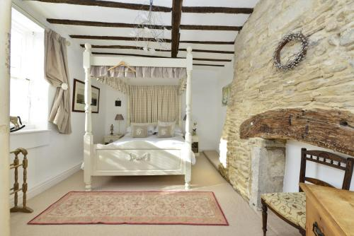 A bunk bed or bunk beds in a room at Kemble Cottage