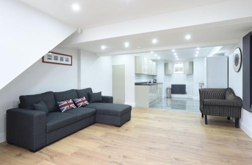 A seating area at 6 Bed House Leeds Slps 16 (59)