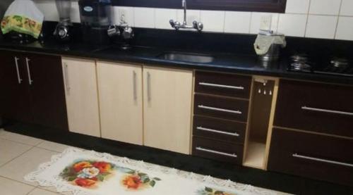 A kitchen or kitchenette at Apartamento com vista para o mar
