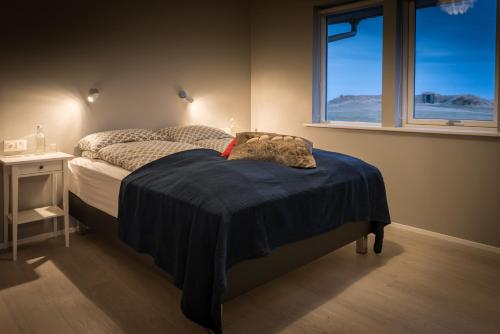 A bed or beds in a room at Bryggjur
