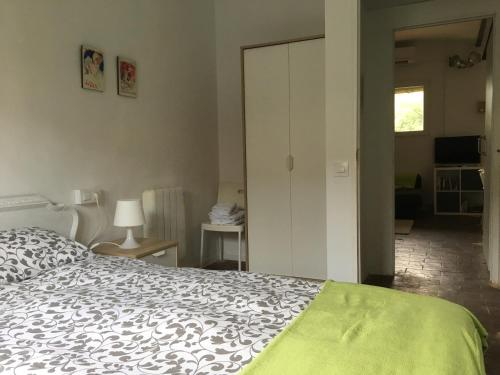 A bed or beds in a room at Cal Mestre - Apartament 4 pax. 1er pis