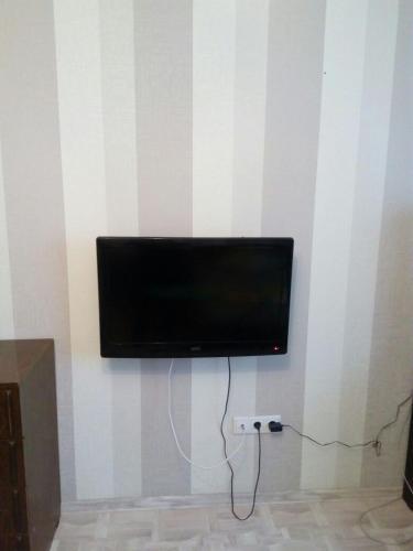 A television and/or entertainment centre at Gostinicha Zlato Apartment Egorova 10