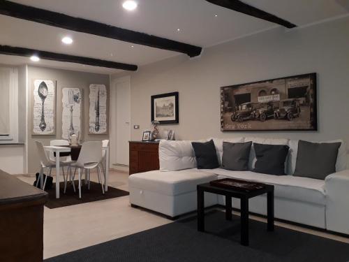 A seating area at Appartamento Piazzetta La Maddalena