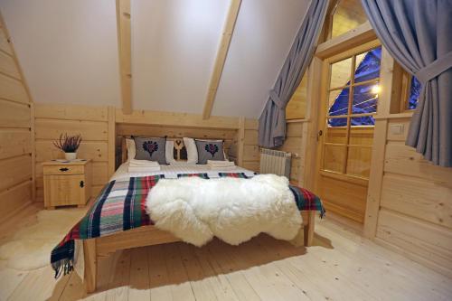 Łóżko lub łóżka w pokoju w obiekcie BIAŁY PUCH