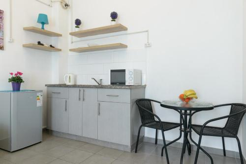 Кухня или мини-кухня в Hacarmel Apartment