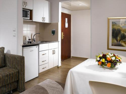 Кухня или мини-кухня в Lev Yerushalayim Hotel