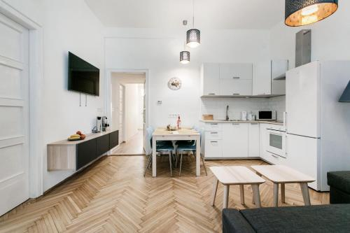 A kitchen or kitchenette at Synagogue view residence