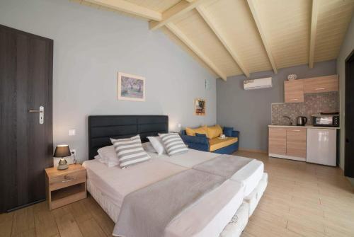 Кровать или кровати в номере Tsolakis Studios & Apartments