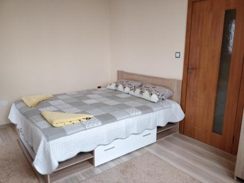 Легло или легла в стая в Communicative and comfortable app
