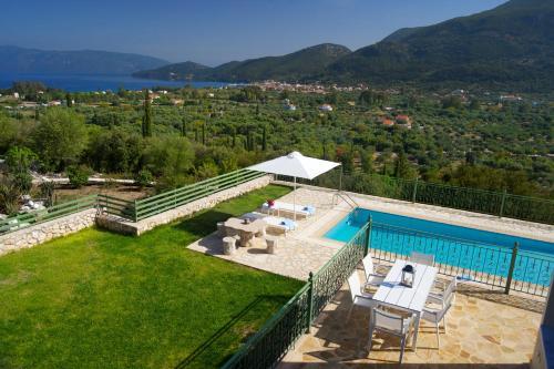 Una vista de la pileta en Utopia Luxury Villa o alrededores