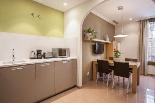 A kitchen or kitchenette at Bcngotic