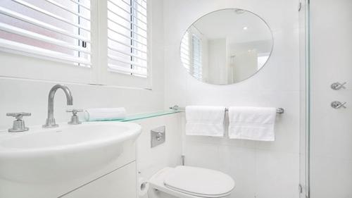 A bathroom at Absolute Water Front Sydney Harbour Studio BADEN