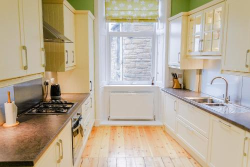 A kitchen or kitchenette at 2 Bedroom Flat on Leith Walk Sleeps 4